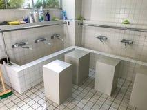 穆斯林的洗净液地方在祷告会议前的洗净的在神户清真寺,神户,日本 库存图片
