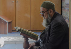 穆斯林通过读古兰经发现和平在清真寺 库存照片