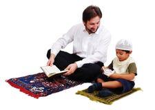 穆斯林崇拜是activites在Ramadan圣洁月 免版税库存图片