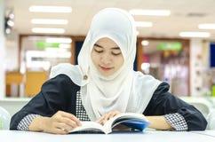 穆斯林画象在图书馆里 库存图片