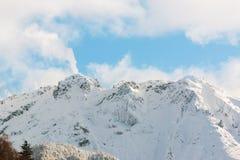 穗高在shinhotaka,日本阿尔卑斯的山风景在冬天 免版税库存照片
