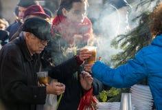 穷和无家可归的圣诞前夕在大广场在克拉科夫 图库摄影