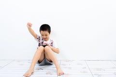 贫穷的男孩和智能手机 免版税库存照片