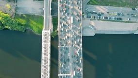空中上面下来在晚上高峰时间内观看交通堵塞射击在一座汽车桥梁的 免版税库存图片