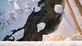 空中上面下来观看在冬天季节的冻河 免版税库存照片