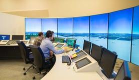 空中交通显示器和雷达在控制中心屋子 库存图片