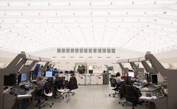 空中交通显示器和雷达在控制中心屋子 免版税图库摄影