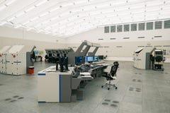空中交通显示器和雷达在控制中心屋子 免版税库存照片