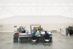 空中交通显示器和雷达在控制中心屋子 免版税库存图片
