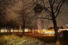 空中交通管理塔在慕尼黑国际机场夜 免版税库存图片
