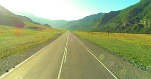 空中低航空小队在山路和草甸在晴朗的夏天早晨 股票录像