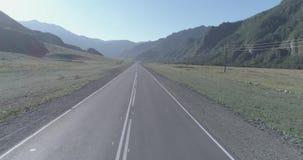 空中低航空小队在山路和草甸在晴朗的夏天早晨 股票视频
