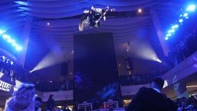 空中体操运动员离开在中心屋顶下在党 影视素材