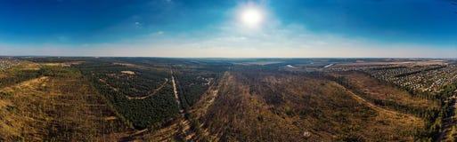 空中全景视图从上面与森林和农村乡下有房子的,美丽的风景地标的自然风景 图库摄影