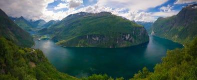 空中全景视图向从Trollstigen,挪威的Geiranger海湾 免版税库存图片