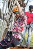 空中冒险公园的妇女 库存照片