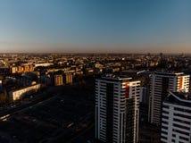 空中剧烈的风景日落有在摩天大楼的一个看法在里加,拉脱维亚-奥尔德敦街市是可看见的在 免版税库存图片