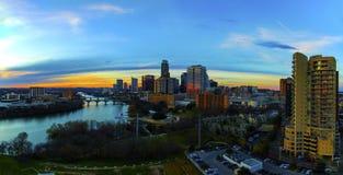 空中发光地平线日落高公寓房前景奥斯汀得克萨斯的首都繁忙在晚上 库存照片