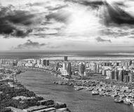 空中城市地平线和小河从直升机,迪拜 库存图片