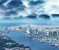空中城市地平线和小河从直升机,迪拜 库存照片