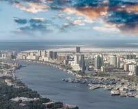 空中城市地平线和小河从直升机,迪拜 图库摄影