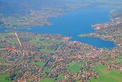 空中城市海岸视图 库存图片