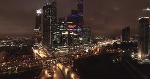 空中城市视图在晚上 股票录像