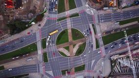 空中城市视图,飞行在城市,在交通环形交通枢纽上的暗示垂直空中录影与很多交通 影视素材