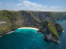 空中女用披巾海湾或Kelingking海滩在珀尼达岛海岛,巴厘岛,印度尼西亚上 免版税库存照片