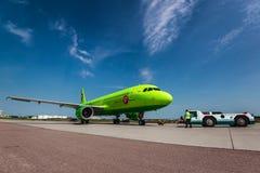空中客车一319西伯利亚航空公司在机场围裙 图库摄影