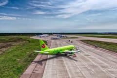 空中客车一319西伯利亚航空公司在机场围裙 免版税库存照片