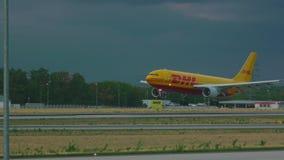 空中客车300敦豪航空货运公司着陆 股票视频