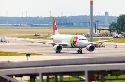 空中客车从葡萄牙航空公司的A 319 - 111在机场 免版税图库摄影