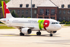 空中客车从葡萄牙航空公司的A 319 - 111在机场 免版税库存图片