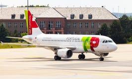空中客车从葡萄牙航空公司的A 319 - 111在机场 图库摄影