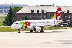 空中客车从葡萄牙航空公司的A 319 - 111在机场 免版税库存照片