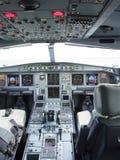 空中客车A330与前面、天花板和步行者盘区的飞机的驾驶舱 库存图片