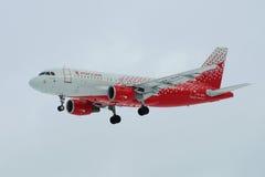 空中客车A319-111 `伊凡诺沃` `航空公司Rossiya在阴沉的天空的`航空公司VP-BIQ在登陆在普尔科沃机场前 外形v 图库摄影