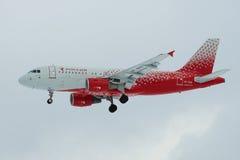 空中客车A319-111 `伊凡诺沃` VP-BIQ航空公司` Rossiya在多云天空的航空公司`在登陆前在普尔科沃机场 库存图片