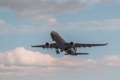 空中客车A330-300喷气航空公司从多莫杰多沃离开 免版税图库摄影