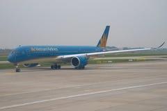 空中客车A350在机场Noi Bai的柏油碎石地面的VN-A888清早越航 河内 免版税库存图片