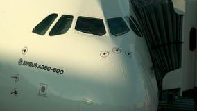 空中客车A380接近的射击在柏油碎石地面的在悉尼机场 影视素材