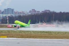 空中客车A320新S7航空公司,机场普尔科沃,俄罗斯圣彼德堡2017年12月02日, 图库摄影