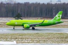 空中客车A320新S7航空公司,机场普尔科沃,俄罗斯圣彼德堡2017年12月02日, 库存图片