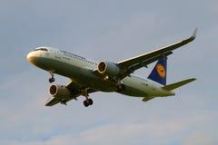 空中客车A320汉莎航空公司D-AIUI在多云天空的在登陆在普尔科沃机场前 免版税库存照片