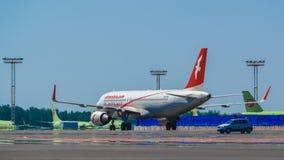 空中客车A320空气收税在围裙的阿拉伯半岛 免版税库存图片