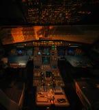 空中客车A319航空器阐明了内部,不用飞行员在晚上 库存照片