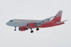 空中客车A319-112 `车里雅宾斯克`航空公司` Rossiya在多云天空的航空公司` VP-BIS在登陆前在普尔科沃机场 库存照片