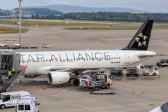 空中客车A320-214飞机在苏黎世机场中 免版税库存图片