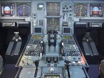 空中客车A330飞机的驾驶舱前面和步行盘区 免版税图库摄影